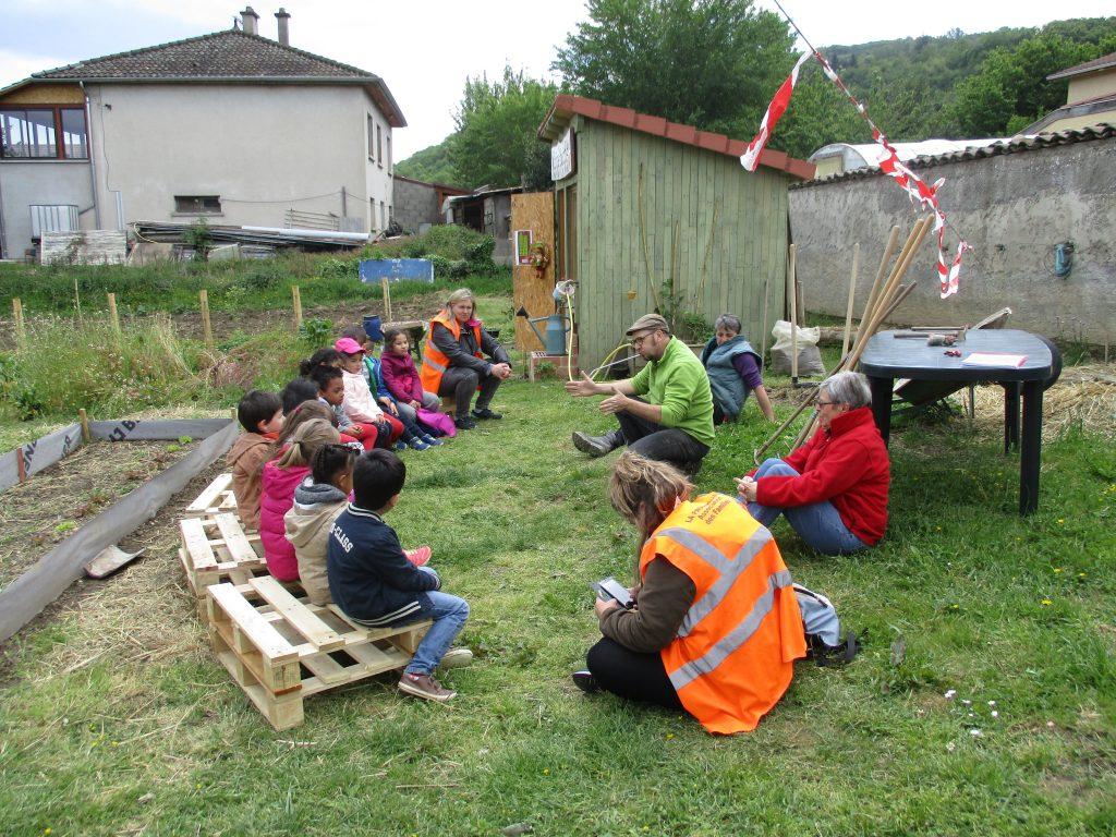 Les enfants de la passerelle au jardin bonne pioche et for Au jardin by les amis